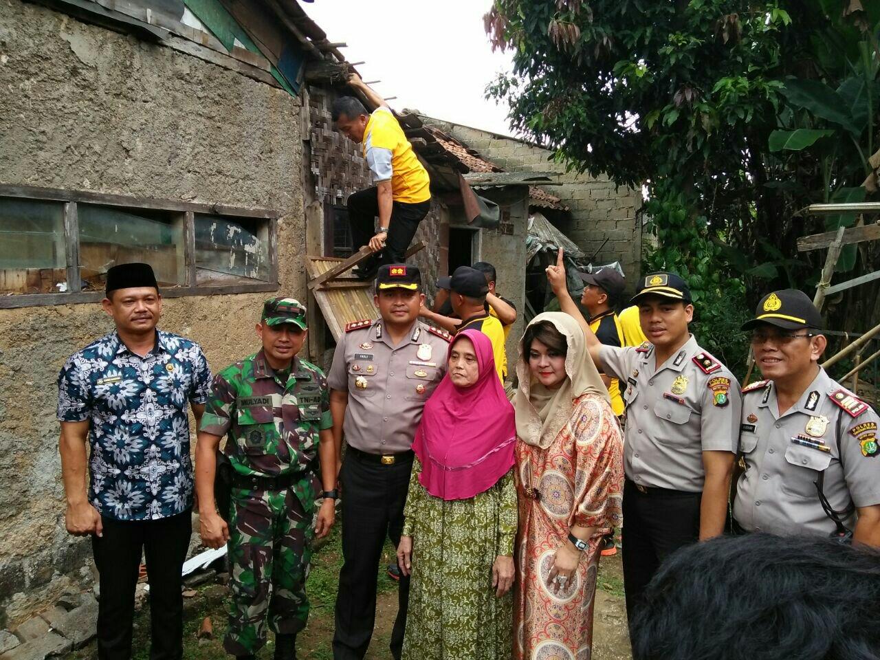 Kondisi Rumah Ibu Siti Aminah Yang Sedang Dibedah
